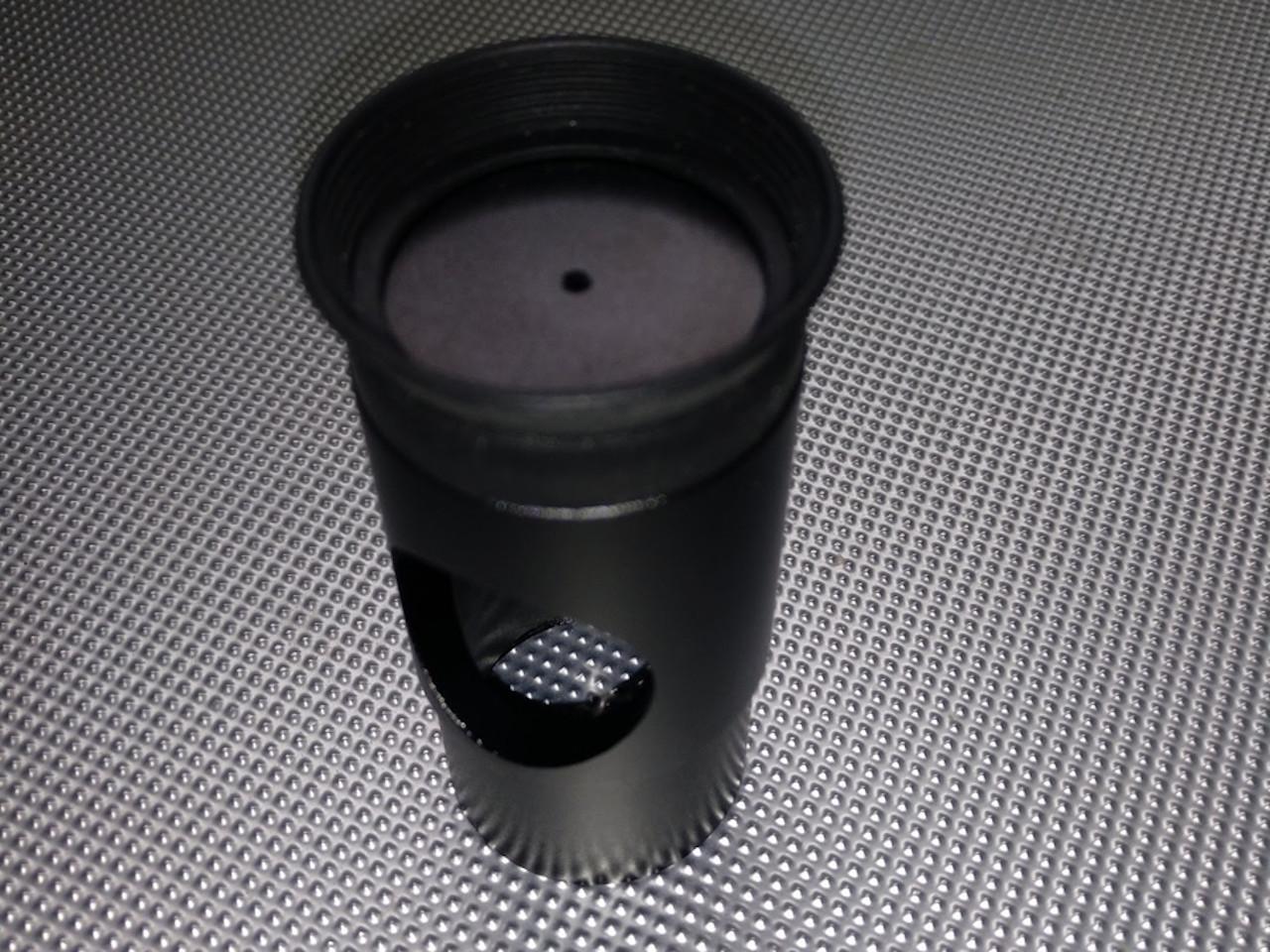 """Ocular de <span class=""""glossaryterm"""" title=""""Proceso para alinear un dispositivo óptico de manera que quede completamente paralelo a otro, a un eje de rotación o a uno o varios elementos ópticos de un mismo dispositivo."""">colimación</span> Cheshire"""